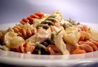 salada fria de massa e atum com ovo e legumes