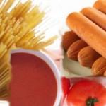 Esparguete com salsichas e molho de tomate